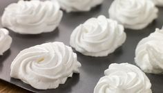 Meringue uses just two basic ingredients—Quick Dissolve Superfine Sugar and egg whites—to make the sweetest and most mouth-watering desserts. What is Meringue? What Type of Sugar Should b Meringue Recept, Vegan Meringue, Baked Meringue, Meringue Kisses, Meringue Pie, French Meringue, Making Meringue, Meringue Roulade, Pavlova