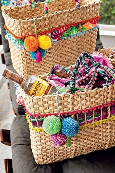 estilo proprio by sir Boho Bags, Basket Bag, Summer Bags, Diy Embroidery, Handmade Bags, Handicraft, Straw Bag, Wicker, Purses And Bags