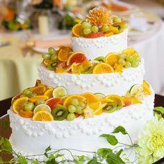 瑞々しいビタミンカラーのフルーツのウエディングケーキは会場を華やかに演出 | 丘の上のティアラガーデンズ(東京都:ゲストハウス) | 結婚式場・結婚準備の口コミサイト-みんなのウェディング [写真から探す] Bling Wedding Cakes, Fresco, Desert Art, Colorful Fruit, Take The Cake, Start Up Business, Beautiful Cakes, Cake Decorating, Deserts