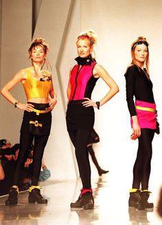 DKNY Karen Mulder Carla Bruni fall 1994 Runway Fashion, Fashion Models, High Fashion, Fashion Outfits, Fashion Trends, 90s Fashion Grunge, Carla Bruni, Crop Top And Shorts, Donna Karan