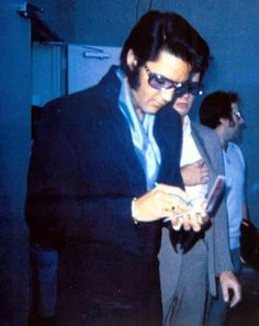 Elvis signing autographs @ the International Hotel, Vegas 1969