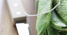 Como fazer uma cinta para afiar facas. As cintas para afiar de couro, também chamados de afiadores, têm sido usadas durante séculos para melhorar e afiar as lâminas. Usado em lâminas de barbear, facas e outras ferramentas, um afiador é um utensílio útil para se ter por perto. Se você trabalha com facas e precisa afiá-las, você pode ter pensado em comprar um afiador. No entanto, pode-se ...