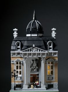 O Wingård entered Brixtar's Modular Building Challenge with the Grand Lodge. The building is very detailed; from the columns, to the frieze, to the dome.