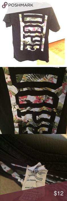 Graphic T-shirt In great worn condition. Adds a little pop to otherwise plane tee, great with leggings or jeans. Size S. Tops Tees - Short Sleeve