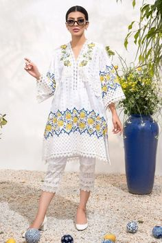 Latest Pakistani Dresses, Pakistani Designer Suits, Pakistani Dress Design, Pakistani Suits, Stylish Dress Designs, Stylish Dresses, New Designer Dresses, Designer Clothing, Pakistani Street Style