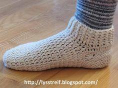 Sokkemønster (in Norwegian) Crochet Slippers, Knit Crochet, Dere, Yarn Crafts, Mittens, Cosy, Free Pattern, Crochet Patterns, Socks