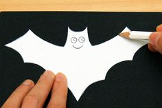 Four free printable Halloween bat sets that include small and large bats in both black & white and color to use for various crafts and Halloween activities. Halloween Party Games, Halloween Skeletons, Halloween Activities, Cute Halloween, Halloween 2020, Halloween Lanterns, Halloween Decorations, Mobiles For Kids, Mobile Craft