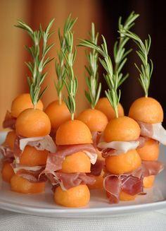 Salé - Brochettes melon / jambon cru. Décorer avec un brin de romarin qui facilitera la mise en bouche ^^