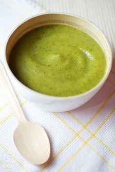La vellutata di zucchine è un primo piatto da consumare caldo in inverno e freddo in estate.