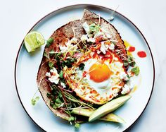 Fried egg w/avocado and sprouts