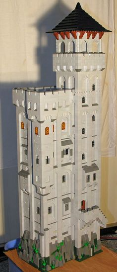 Work in progress for the keep. The dark horizontal lines are tiles where the building can be separated vertically. This is very convenient for later modifications. Chateau Lego, Cool Lego, Awesome Lego, Lego Structures, Amazing Lego Creations, Lego Castle, Lego Architecture, Lego Models, Build Something
