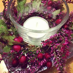 kleine Herbstdeko für den Tisch, aus Heidekraut und Beeren gebundenes Kränzchen. einfach aus einem Stück Weidenzweig einen Kreis binden und darum Heidekraut und Beeren drahten, fertig ist die schnelle Herbstdeko für den Tisch