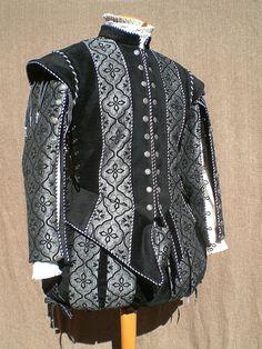 Completo in Seta damascata grigia e nera, costituito da farsetto, calzone alla spagnola. Costo £230