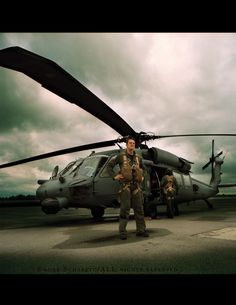 US army blackhawk pilot Black Hawk Helicopter, Helicopter Plane, Helicopter Pilots, Military Helicopter, Military Aircraft, The Art Of Flight, Earth Two, Aviation Theme, Top Air