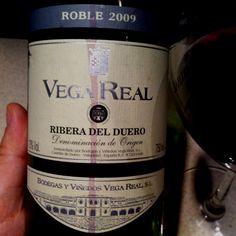 To wino jest eee.... fajne, przyjemne.    Nieskomplikowany smak, w którym nie trzeba doszukiwać się nisamowitych śladów czegośtam to jest to, czego dziś potrzebowałem - ot do posiedzenia sobie na werandzie... Polecam.