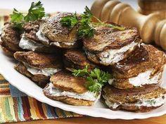 Печеночные оладьи со сметанным соусом