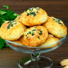 Ai poftă de niște biscuiți sărați? Ce zici de acești biscuiți ușori, pufoși si aromați cu cașcaval si usturoi? Se prepară foarte rapid, din câteva ingrediente, iar rezultatul este fabulos. Sunt sățioși și îi poți