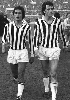 Claudio Gentile y Roberto Bettega Football Icon, Retro Football, World Football, Soccer World, School Football, Football Soccer, Diego Armando, Juventus Fc, Sports Stars