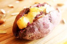 Batata-doce assada e recheada com amêndoas e queijo brie