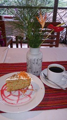 Una tarde feliz en Argovia Finca Resort debe tener: un delicioso pastel de zanahoria, un café aromático y orgánico, una tarde lluviosa y una charla amena, sin fin. Argovia Finca Resort es Tesoro de Chiapas y forma parte de la Ruta del Café, en Tapachula, Chiapas. México.