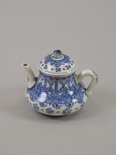 Qing dynasty porcelain teapot, 18th century