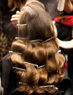 Peinado de los años 40 En la década de los 40 la cabellera se empieza a alargar, se lleva la raya a un lado con unas preciosas ondas retro. El peinado a lo Jessica Lake es el favorito de los años 40. Para hacerlo tú misma puedes utilizar horquillas planas y aplicar calor (tal y como se ve en la imagen) o utilizar el nuevo secador y moldeador EssentialCare de Philips, que da forma a tu pelo mientras lo seca. Con el moldeador puedes crear rizos anchos, y después cepillarlos con un cepillo…