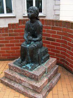 """Skulptur """"Den lille pige med svovlstikkerne"""" - Fredensgade 1 6300 Gråsten"""