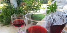 Πολύ ωραίο και αρωματικό Λικέρ αρμπαρόριζας με κόκκινο κρασί Greek Cake, Caramel, Alcoholic Drinks, Wine, Glass, Desserts, Food, Sticky Toffee, Tailgate Desserts