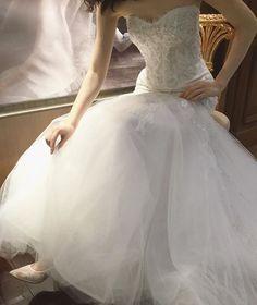 * * タイトなシルエットから裾にかけた大胆な広がりが、 なんともドラマチックな @moniquelhuillier  の1着。 * ハンドメイドで施されたビーディングが 特別な1日に相応しい煌めきを放ちます。 * 詳しくは神戸店のshop blogで ご紹介させていただいております。 * * #moniquelhuillier#モニークルイリエ #treat365#weddingdress#thetreatdressing  #treatdressing#ウェディングドレス#ザトリートドレッシング#トリートドレッシング
