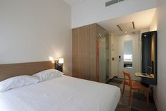 #easyHotel #Brussels check out our superior room with extra space, wired internet and a laptop safe