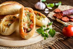 Unod már a hagyományos melegszendvicseket? Készíts kenyérhajót! Nem kell hozzá más, mint egy bagett, és néhány fantáziadús töltelék. Me...