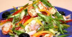 Нарезать соломкой: огурцы, красный и желтый перец (салатный).