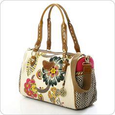 Leontine Hagoort ist die Chef-Designerin der Oililiy Taschen, die so erfolgreich sind, dass Designer nun einmal ihre Kompromisse machen müssen. Mit der Kollektion unter eigenem Namen aber verwirklicht Leontine Hagoort kompromisslos die eigenen Ideen und Fantasien.