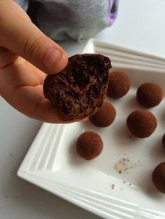 Muzlu Trüf Çikolata – Bade'nin Şekeri Raw Dessert Recipes, Raw Desserts, Raw Vegan Recipes, Healthy Desserts, Good Food, Yummy Food, Healthy Cake, Turkish Recipes, Chocolate Truffles