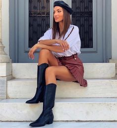 Grumman μπότα δέρμα χαμηλή από γνήσιο δέρμα σε χρώμα μαύρο. Το πέλμα της είναι πολύ μαλακό και το τακούνι της είναι τετράγωνο, σταθερό ύψους 3 εκ. Οι συγκεκριμένες μπότες αποτελούν ιδανική επιλογή για τα casual chic looks. Μπορούν να φορεθούν πρωί-βράδυ με jeans, κοντές φούστες ή oversized πουλόβερ σε στιλ φορέματος. Ένα ζευγάρι μαύρες μπότες από γνήσιο δέρμα είναι απαραίτητο must-have statement στη γυναικεία γκαρνταρόμπα. Casual Chic, Mini Skirts, Style, Fashion, Casual Dressy, Swag, Moda, Stylus, La Mode