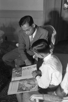 CloseUp Of King Bhumibol Adulyadej And Queen Sirikit Sovereigns Of Thailand Thaïlande Bangkok 1961 Le roi BHUMIBOL ADULYADEJ et la reine SIRIKITLe...