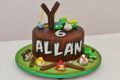 Bolo Angry Birds, da Drica Cake (dricamoraescakedesigner.blogspot.com.br), com massa de nozes e recheio de brigadeiro. Coberto com pasta americana e glacê. R$ 120 (quilo). Preço pesquisado em julho de 2014. Sujeito a alterações