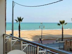 CASTELLÓN, PEÑISCOLA. Ref.10878. A 30 metros de la playa. Alquiler de apartamento en primera línea de playa en el Edificio La Paz. Dispone de dos dormitorios, baño, cocina, salón comedor con sofá cama doble y terraza de 6 m² con vista lateral al mar. Situado en un edifico pequeño y familiar a 30 metros de la playa, en la Avenida del Papa Luna y a 1.100 m. del Castillo. #ApartamentoVistasPLaya #PeñiscolaApartamento #PeniscolaPrimeraLíneaPlaya