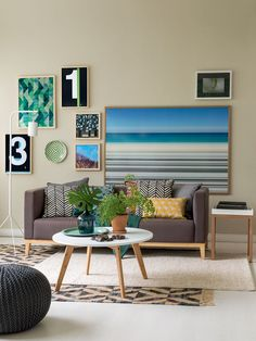 """""""Esta sala foi decorada com móveis e acessórios comprados pela internet """"- Casa"""