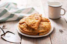 Θεϊκό τηγανόψωμο με φέτα που λιώνει -Η συνταγή της γιαγιάς, σε 4 κινήσεις Apple Pie, Pizza, Breakfast, Desserts, Food, Fine Dining, Morning Coffee, Meal, Deserts