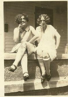 Two flappers smoking, c. Women didn't start smoking in the but they did start smoking in the open Vintage Love, Vintage Beauty, Vintage Ladies, Vintage Fashion, Fashion 1920s, Vintage Pictures, Old Pictures, Old Photos, Roaring Twenties