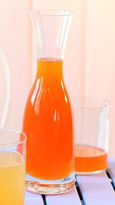 Marillen waschen, gut abtropfen lassen und entkernen. Mit Hilfe eines Entsafters den kalten Fruchtsaft gewinnen. ¾ l Saft abmessen, wenn nötig mit Wasser aufgießen, mit Sirupzucker vermengen und über Nacht kühl stellen. Durch ein feines Sieb abseihen, Sirup mit den Lavendelblüten zum Kochen bringen und 3 Minuten kochen lassen. Schaum abschöpfen. Heißen Sirup in sterile Flaschen füllen, gut verschließen und kühl lagern.  Ergibt ca. 1,2 l Sirup.  VERDÜNNUNG:1 Teil Sirup + 6 Teile WasserNach…