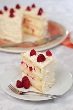 The Classic Fraisier is a spectacular, summery fresh cake loaded with fresh strawberries, mousseline cream and topped with a thin layer of marzipan. Strawberry Icebox Cake, Raspberry Cheesecake, Cheesecake Recipes, Strawberry Mousse, Raspberry Cake, Dukan Diet Recipes, Fresh Cake, New York Style Cheesecake, Gourmet