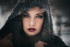 """<b>Józsa Levente</b> - """"Nehéz télen portrét készíteni. Fogcsikorgató a hideg, türelmetlenség jellemző, és a felszerelés ki van téve az időjárás viszontagságainak. De lehet pont emiatt tud egy téli portré olyan varázslatossá és nem mindennapivá válni. A megdermedt kéz, a megfagyott tekintet, fakó szín...""""  Levente képeit <a class='trdeflink' href=""""http://www.jozsalevente.com/"""">itt tudjátok megnézni.</a>"""