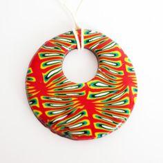 Pendentif aux couleurs vives (rouge, jaune, vert, noir et blanc)