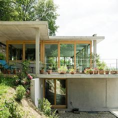 gian salis builds a house on a slope in southern germany Container Home Designs, Future House, Sustainable Architecture, Architecture Design, Jamaica House, Houses On Slopes, Haus Am Hang, Earth Sheltered Homes, Hillside House