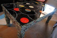Rethink & reuse & recycle old vinil record table IDEA ! Records Diy, Old Vinyl Records, Vinyl Record Art, Vinyl Art, Record Decor, Arte Bar, Vinyl Record Projects, Eco Deco, Record Table