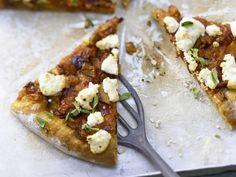 Pizza mit scharfem Auberginen-Ragout - und Ziegenkäse - smarter - Kalorien: 689 Kcal - Zeit: 1 Std.  | eatsmarter.de Pizza mit Auberginen - gesund und lecker!