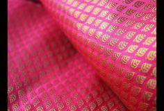 Ceci est une belle brocart feuillette tissu des motifs de conception en magenta et or. Le tissu illustrent petite or feuilles tissées à motifs sur fond magenta.  Vous pouvez utiliser ce tissu...