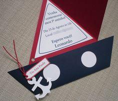 Outro modelo de convite muito original, em formato de barco. A vela é o convite, e se mantém fechada por uma cordinha com âncora, muito charmosa! Todo feito à mão, em papel Color Plus. **ESCOLHA A COR DE SUA PREFERÊNCIA** **PEDIDO MÍNIMO DE 20 CONVITES** Outras informações, por fav...